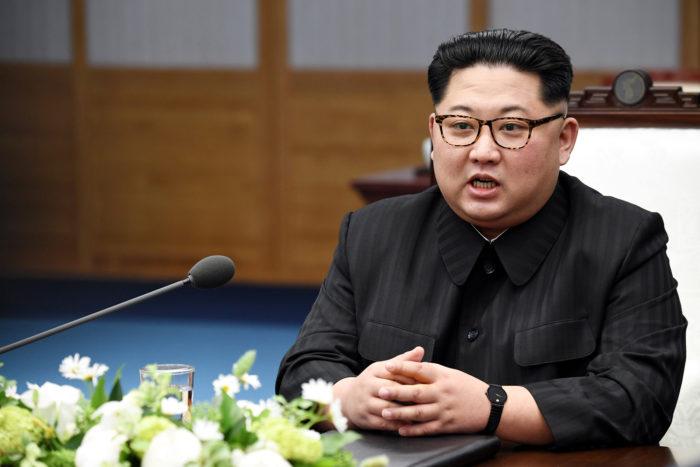 Panmindzson, 2018. április 27. Kim Dzsong Un észak-koreai vezető beszél a Mun Dzse In dél-koreai elnökkel tartott kétoldalú találkozón a két Koreát elválasztó panmindzsoni demilitarizált övezet déli oldalán levő Béke Házában 2018. április 27-én. Kim Dzsong Un személyében 65 éve először lépett észak-koreai vezető dél-koreai területre. (MTI/EPA pool/Korea-közi csúcs sajtószolgálata)