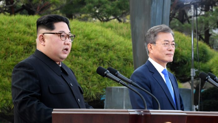 Panmindzson, 2018. április 27. Kim Dzsong Un észak-koreai vezetõ (b) és Mun Dzse In dél-koreai elnök sajtótájékoztatót tart a két Koreát elválasztó panmindzsoni demilitarizált övezetben a déli oldalon levõ Béke Házában folytatott tárgyalásukat követõen 2018. április 27-én. Kim Dzsong Un személyében 65 éve elõször lép észak-koreai vezetõ dél-koreai területre. (MTI/EPA pool/Korea-közi csúcs sajtószolgálata)