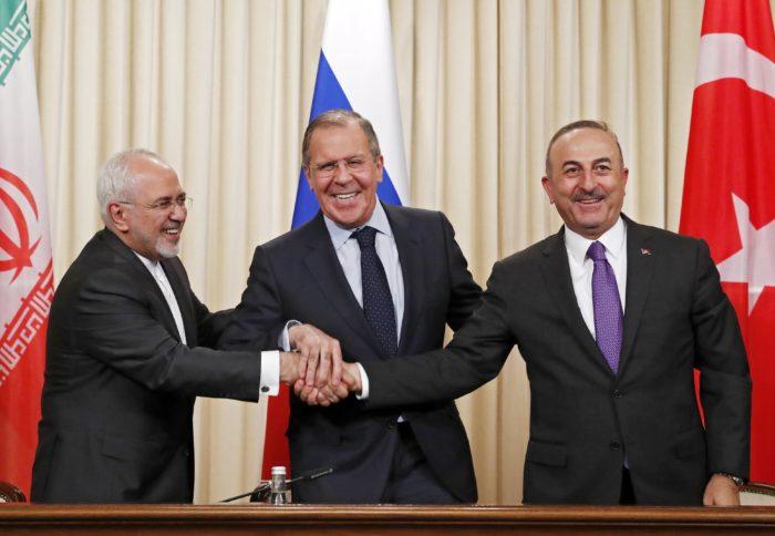 Moszkva, 2018. április 28. Mohamad Dzsavad Zarif iráni külügyminiszter, Szergej Lavrov orosz és Mevlüt Cavusoglu török külügyminiszter (b-j) kezet fog közös sajtóértekezletük végén Moszkvában 2018. április 28-án. Az orosz-iráni-török külügyminiszteri találkozó résztvevõi a szíriai helyzetrõl tanácskoztak. (MTI/EPA/Szergej Csirikov)