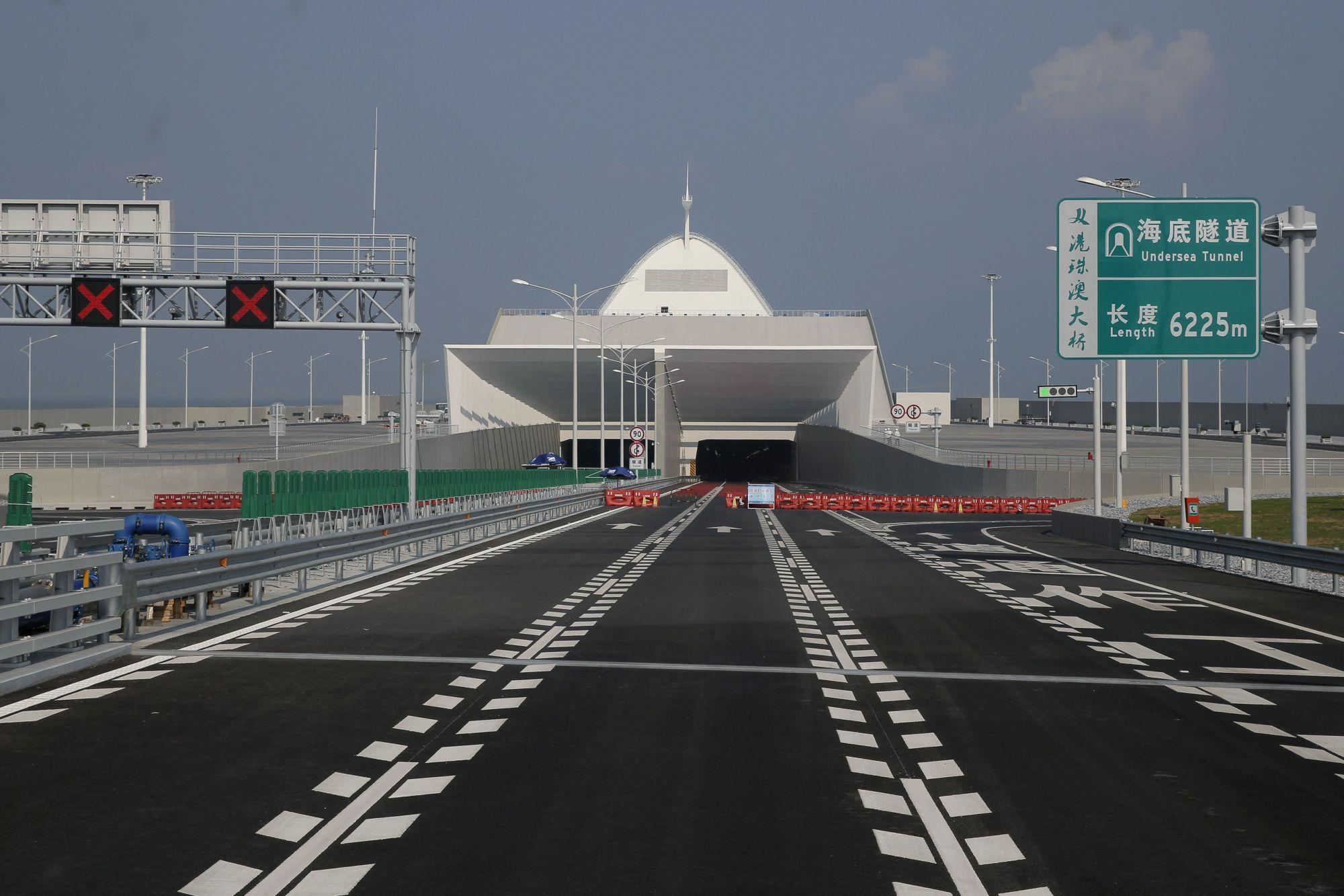 A Hongkong-Csuhaj-Makaó híd, a világ leghosszabb, tengeren átívelő hídja a dél-kínai Kuangtung tartományban fekvő Csuhajban 2018. március 28-án. A három várost a Gyöngy-folyó torkolatvidékén összekötő híd teljes hossza 55 kilométer, ebbõl a főhíd 23 kilométer, az alagút 6,7 kilométer, és két mesterséges sziget is része a létesítménynek. (MTI/AP/Kin Csöung)