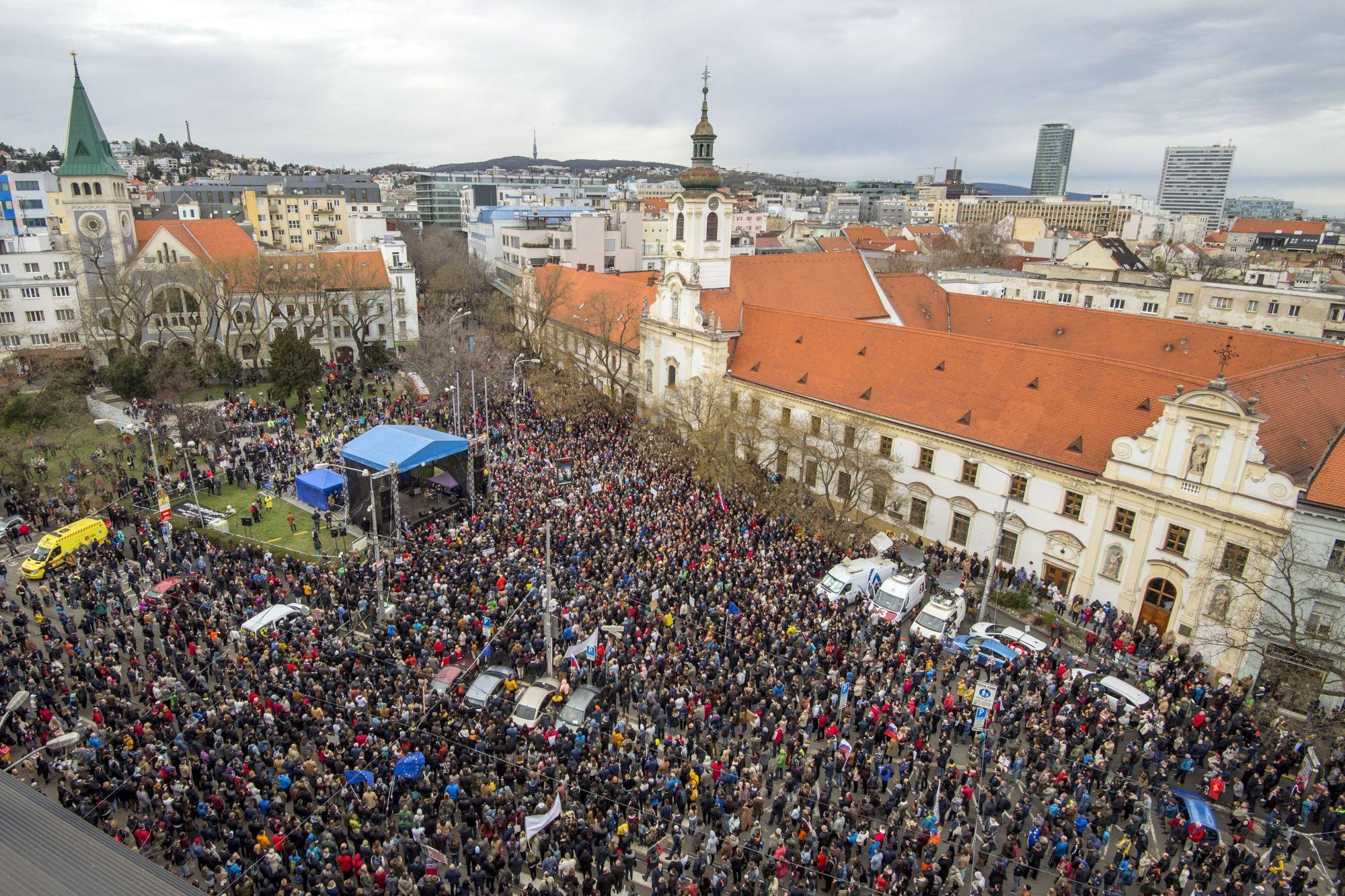 Kormányellenes tüntetés Pozsonyban 2018. április 5-én. A kormányellenes megmozdulások sorát Ján Kuciak szlovák tényfeltáró újságíró és élettársa, Martina Kusnirová meggyilkolása váltotta ki. (MTI/AP/TASR/Michal Svítok)