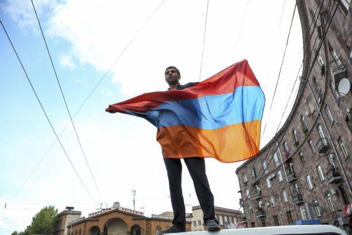 Jereván, 2018. április 22. Örmény zászlót lenget egy tüntetõ a Szerzs Szargszján korábbi örmény államfõ miniszterelnökké választása elleni tiltakozáson Jerevánban 2018. április 22-én. Szargszjánt április 17-én választotta miniszterelnökké a jereváni parlament. (MTI/AP/Aram Kirakoszjan)
