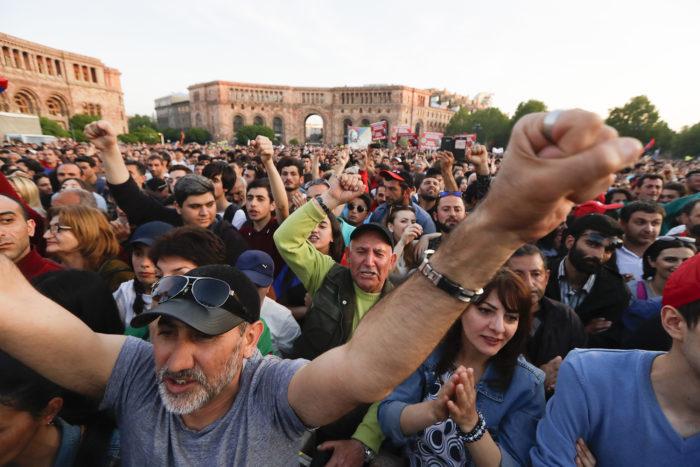 Jereván, 2018. április 27. Tüntetők követelik Nikol Pasinjánnak, az örmény ellenzéki tiltakozások vezetőjének a kormányfővé választását Jerevánban 2018. április 26-án. Pasinján ugyanezen a napon a parlamentben tárgyalt, hogy támogatást szerezzen miniszterelnök-jelöltségének. Az örmény törvényhozás május 1-jén választja meg az ország új miniszterelnökét. (MTI/AP/Szergej Gric)