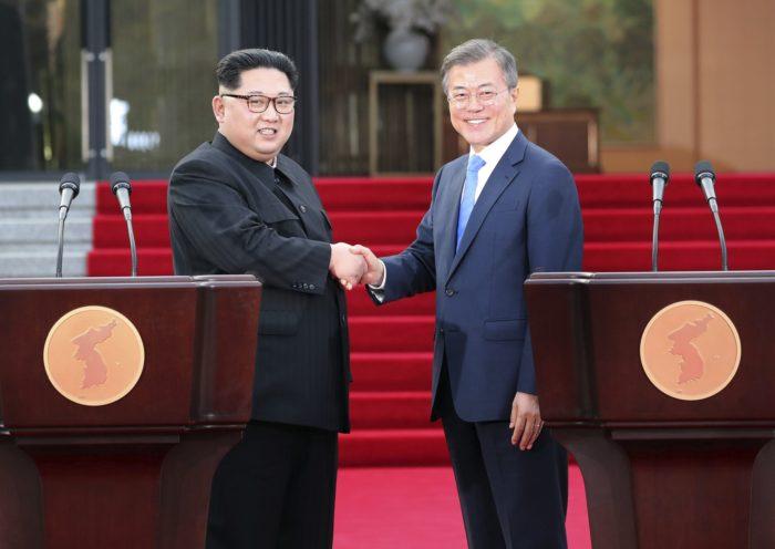 Panmindzson, 2018. április 27. Kim Dzsong Un észak-koreai vezetõ (b) és Mun Dzse In dél-koreai elnök kezet fog, miután sajtótájékoztatót tartottak a két Koreát elválasztó panmindzsoni demilitarizált övezetben a déli oldalon levõ Béke Házában folytatott tárgyalásukat követõen 2018. április 27-én. Kim Dzsong Un személyében 65 éve elõször lép észak-koreai vezetõ dél-koreai területre. (MTI/AP pool/Korea-közi csúcs sajtószolgálata)