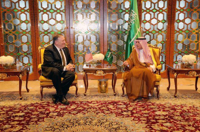 Rijád, 2018. április 29. A Szaúdi Sajtóügynökség (SPA) által közreadott képen Adel al-Dzsubeir szaúdi külügyminiszter (j) és Mike Pompeo amerikai külügyminiszter tárgyal Rijádban 2018. április 28-án. Pompeo közel-keleti körútja elsõ állomására érkezett Szaúd-Arábiába. (MTI/AP/Szaúdi Sajtóügynökség)