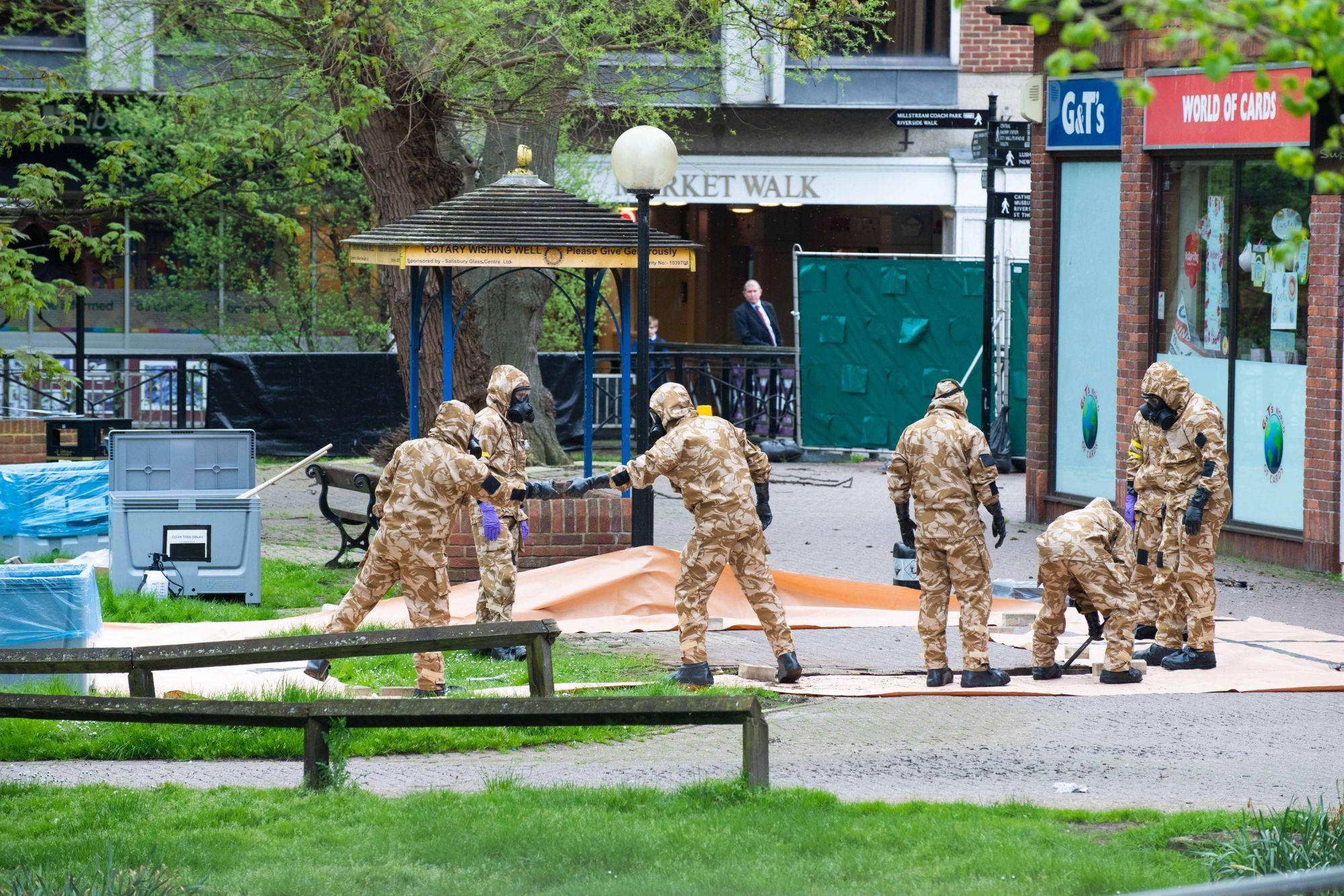 A brit védelmi minisztérium által kiadott fotón a brit hadsereg emberei dolgoznak a Maltings Shopping Centre környékén, Salisbury-ben, Nagy-Britanniában, 2018. április 24-én. EPA/CPL PETE BROWN / BRITISH MINISTRY OF DEFENCE