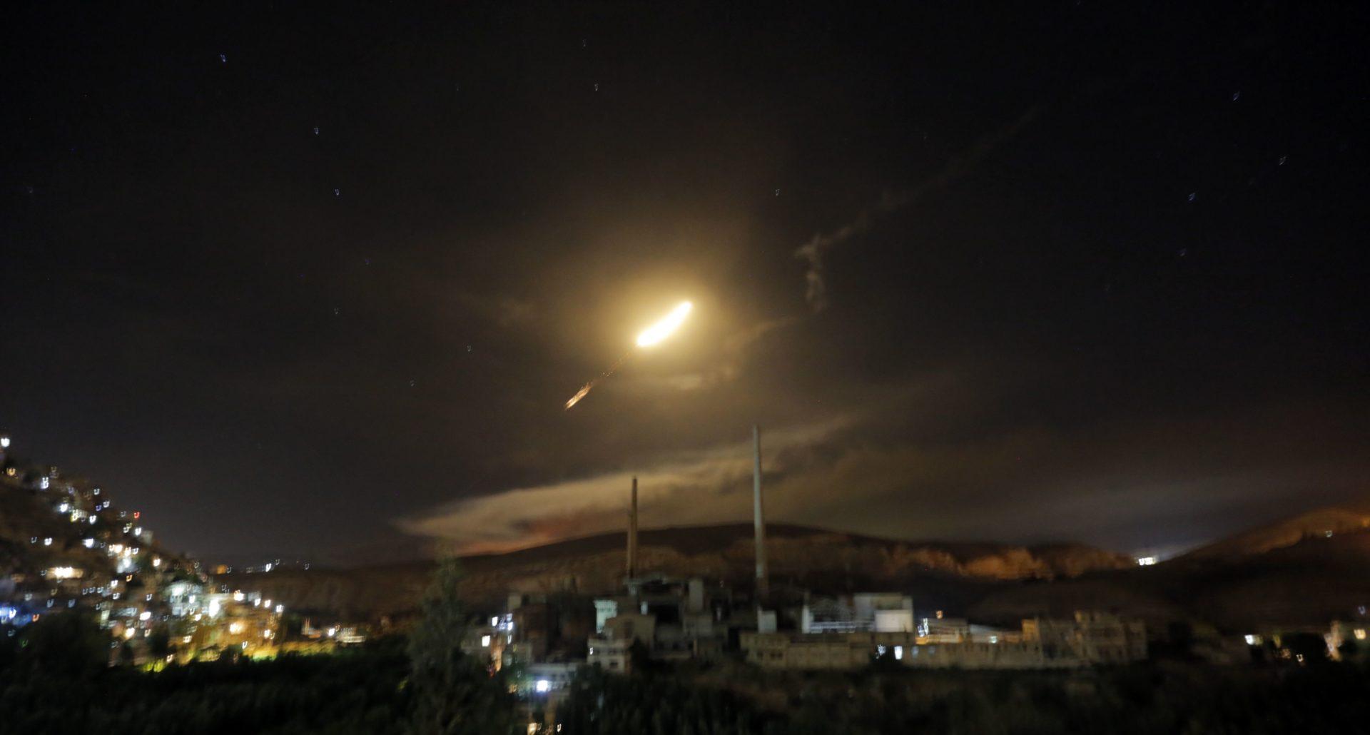 A szíriai légvédelem rakétái láthatóak Damaszkusz felett 2018. május 10-én, Szíriában. Hivatalos szíriai források szerint a légvédelem az izraeli hadsereg által indított légitámadásra reagált. EPA/YOUSSEF BADAWI
