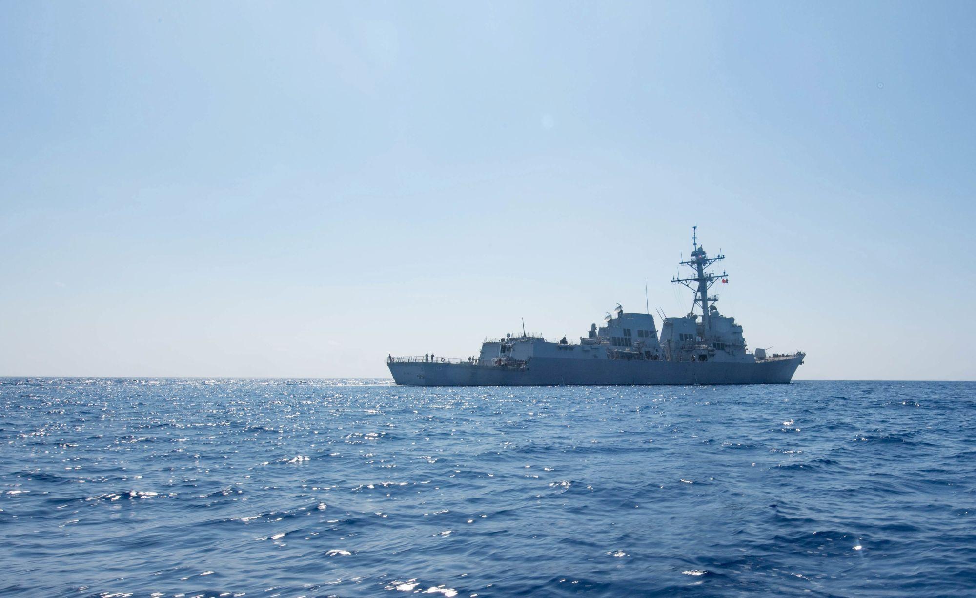 Az amerikai haditengerészet által 2017. május 25-én közreadott kép a Dewey amerikai hadihajóról a dél-kínai-tengeren 2017. május 6-án. A térségbe vezényelt Carl Vinson repülőgép-hordozó kötelékébe tartozó Dewey romboló 12 mérföldnél közelebb hajózott egy olyan mesterséges szigethez, amelyet Kína épített egy olyan zátonyon, amelyet több ország is magának követel a Dél-kínai-tengeren. (MTI/EPA/Amerikai haditengerészet)