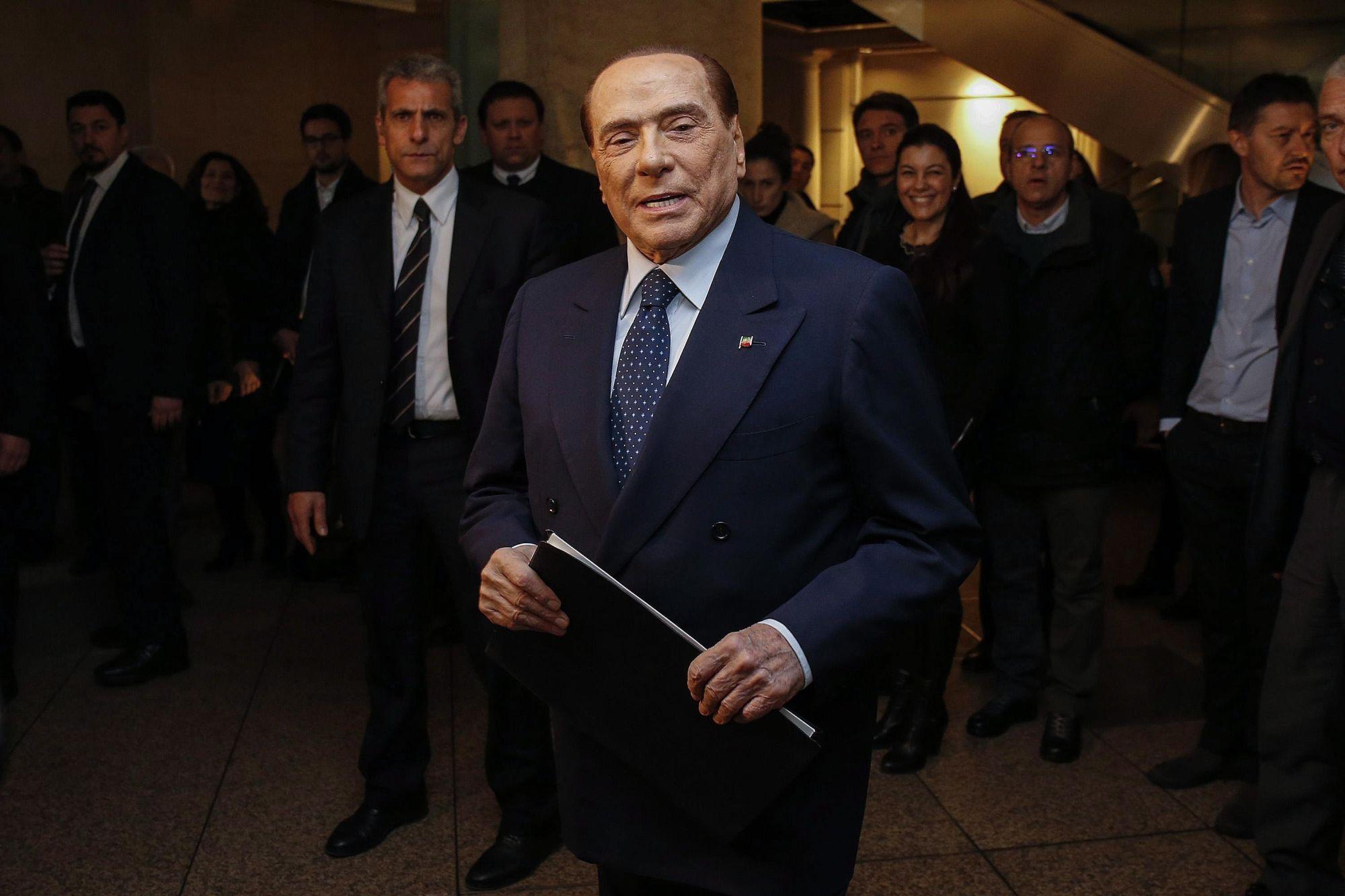 Silvio Berlusconi volt olasz miniszterelnök, a Forza Italia (FI) párt vezetője a jobbközép pártok közös választási kampányrendezvényét követő sajtótájékoztatóra érkezik Rómában, 2018. március 1-jén. A kormányfői posztot eddig négyszer is betöltő, 81 éves politikus két nappal korábban bejelentette, hogy miután 2019-ben lejár a közügyektől való eltiltása, újra elvállalná a kormányfői tisztséget egy esetleges előrehozott választáson.