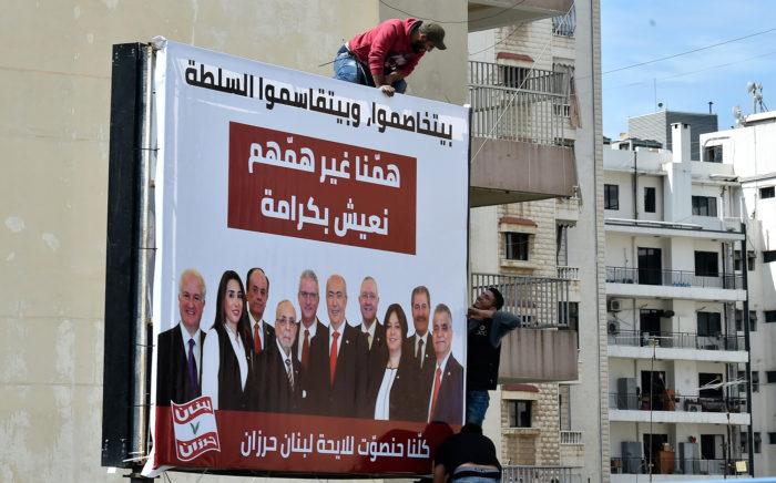 Bejrút, 2018. április 10. Választási plakátot helyeznek el egy ház homlokzatán munkások Bejrútban 2018. április 10-én. Libanonban kilenc év után először, 2018. május 6-án rendeznek parlamenti választásokat, a 128 parlamenti helyért 976 jelölt, köztök 111 nő indul. (MTI/EPA/Vael Hamzeh)