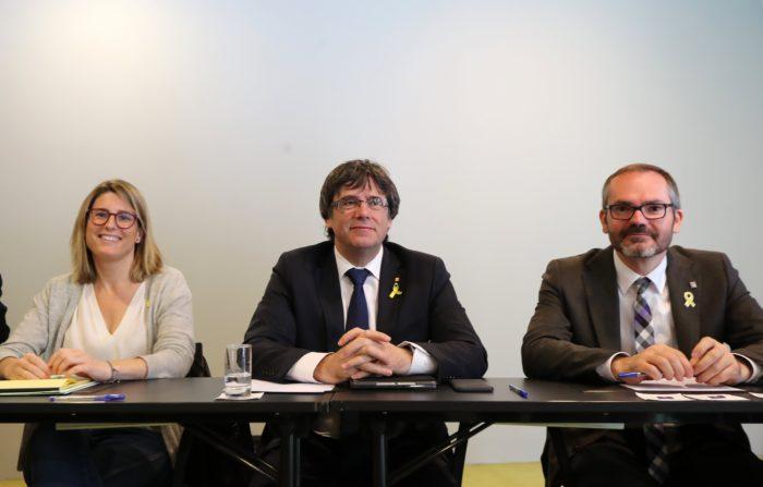 Berlin, 2018. április 18. Carles Puigdemont leváltott katalán elnök (k), valamint Elsa Artadi (b) és Josep Costa a függetlenségi Együtt Katalóniáért (Junts pel Catalunya) párt megbeszélésén Berlinben 2018. április 18-án. Az óvadék ellenében április 6-án Németországban szabadlábra helyezett Puidemont ellen az alkotmányellenesen megtartott függetlenségi népszavazás megrendezése, a katalán függetlenségi nyilatkozat elfogadása, lázadás és közpénz hûtlen kezelése miatt vádat emeltek Spanyolországban. (MTI/EPA/Felipe Trueba)