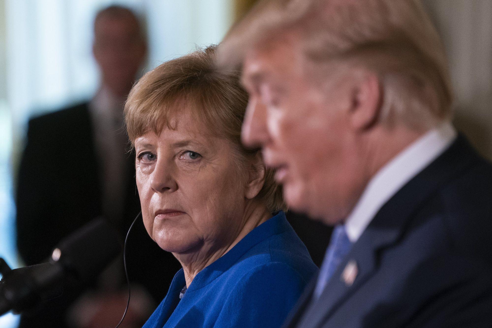 Donald Trump amerikai elnök (j) és Angela Merkel német kancellár közös sajtótájékoztatót tart a washingtoni Fehér Házban 2018. április 27-én. (MTI/EPA/Jim Lo Scalzo)