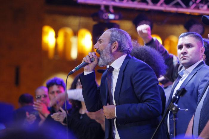 Jereván, 2018. május 1. Nikol Pasinján örmény ellenzéki vezető beszél támogatóihoz a Jerevánban tartott tüntetésen 2018. május 1-jén, miután Pasinjánt nem választotta meg miniszterelnökké a parlament a rendkívüli ülésén. Az ellenzéki politikus jelöltségét a kormányfői tisztségre mindössze 45 képviselő támogatta, Pasinjánnak viszont megválasztásához 53 voksra lett volna szüksége a 105 tagú törvényhozásban. (MTI/EPA/Zurab Kurtsikidze)