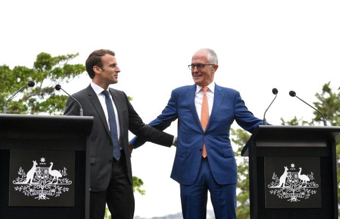 Sydney, 2018. május 2. Emmanuel Macron francia államfõ (b) és Malcolm Turnbull ausztrál miniszterelnök a sajtótájékoztatójuk végén a másodlagos ausztrál kormányfõi rezidencia, a sydney-i Kirribilli Ház kertjében 2018. május 2-án. (MTI/EPA/AAP/Mick Tsikas)