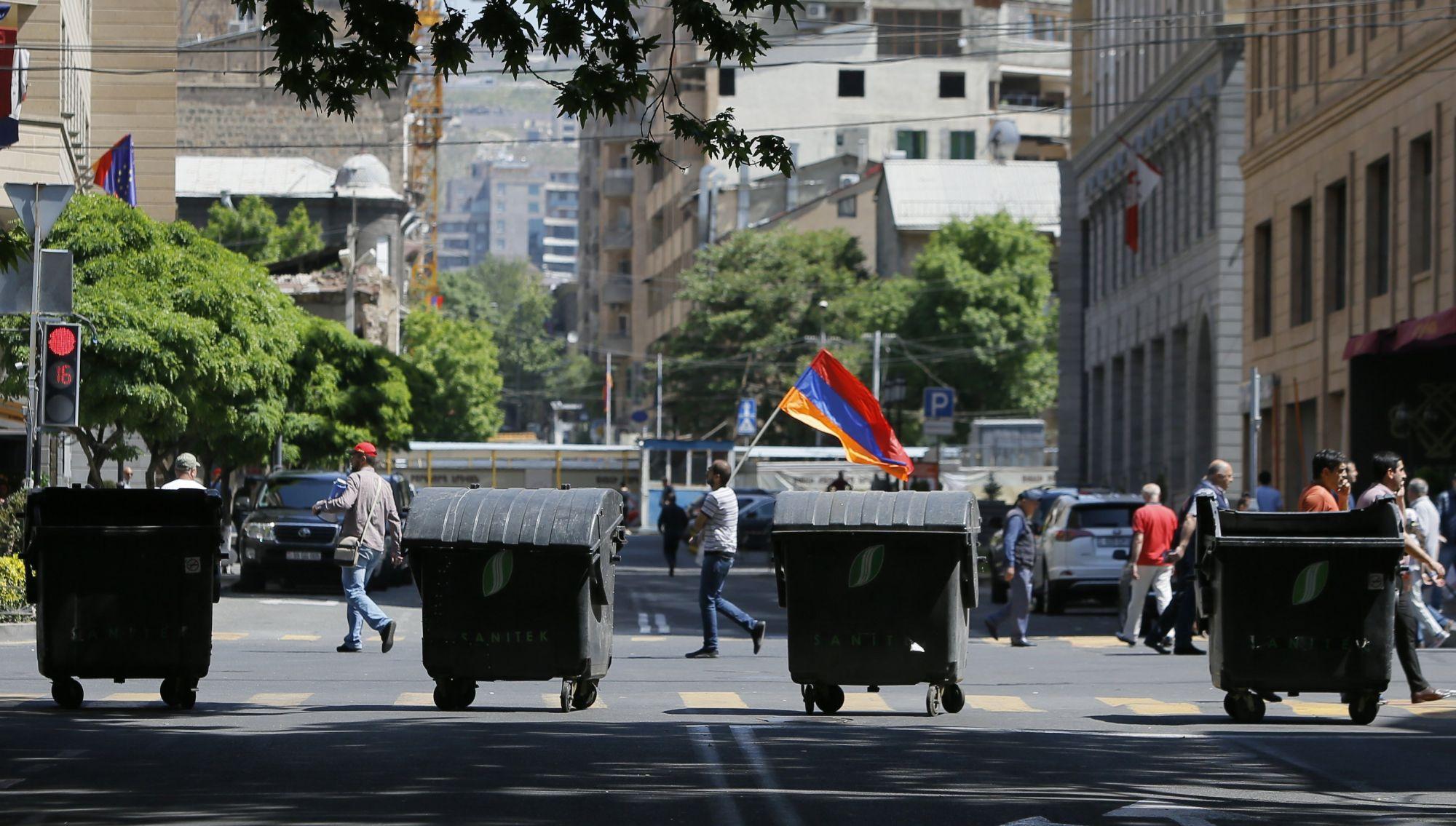 Nikol Pasinján örmény ellenzéki vezető támogatói szemetesekkel zárnak el egy utat a fővárosban, Jerevánban tartott tüntetésükön 2018. május 2-án. Az előző napon a parlament rendkívüli ülésén nem választotta meg Pasinjánt miniszterelnökké, aki a döntés miatt tömeges polgári engedetlenségi akciók indítására szólította fel híveit. (MTI/EPA/Zurab Kurtsikidze)