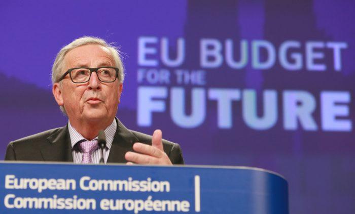 Brüsszel, 2018. május 2. Jean-Clude Juncker, az Európai Bizottság elnöke egy brüsszeli sajtóértekezleten 2018. május 2-án, miután a bizottság bemutatta a 2021 és 2027 közötti idõszak európai uniós költségvetési tervezetét az Európai Parlamentben. A háttérben olvasható felirat jelentése: EU-költségvetés a jövõért. (MTI/EPA/Stephanie Lecocq)