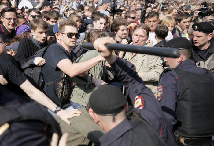 Moszkva, 2018. május 5. A Vlagyimir Putyin elnök ellen rendezett moszkvai tüntetés résztvevõit oszlatják rendõrök a Puskin téren 2018. május 5-én, két nappal a nagy többséggel újraválasztott államfõ elnöki beiktatása elõtt. A nem engedélyzett tiltakozást Alekszej Navalnij, az orosz ellenzék egyik vezetõje kezdeményezte. (MTI/EPA/Makszim Sipenkov)