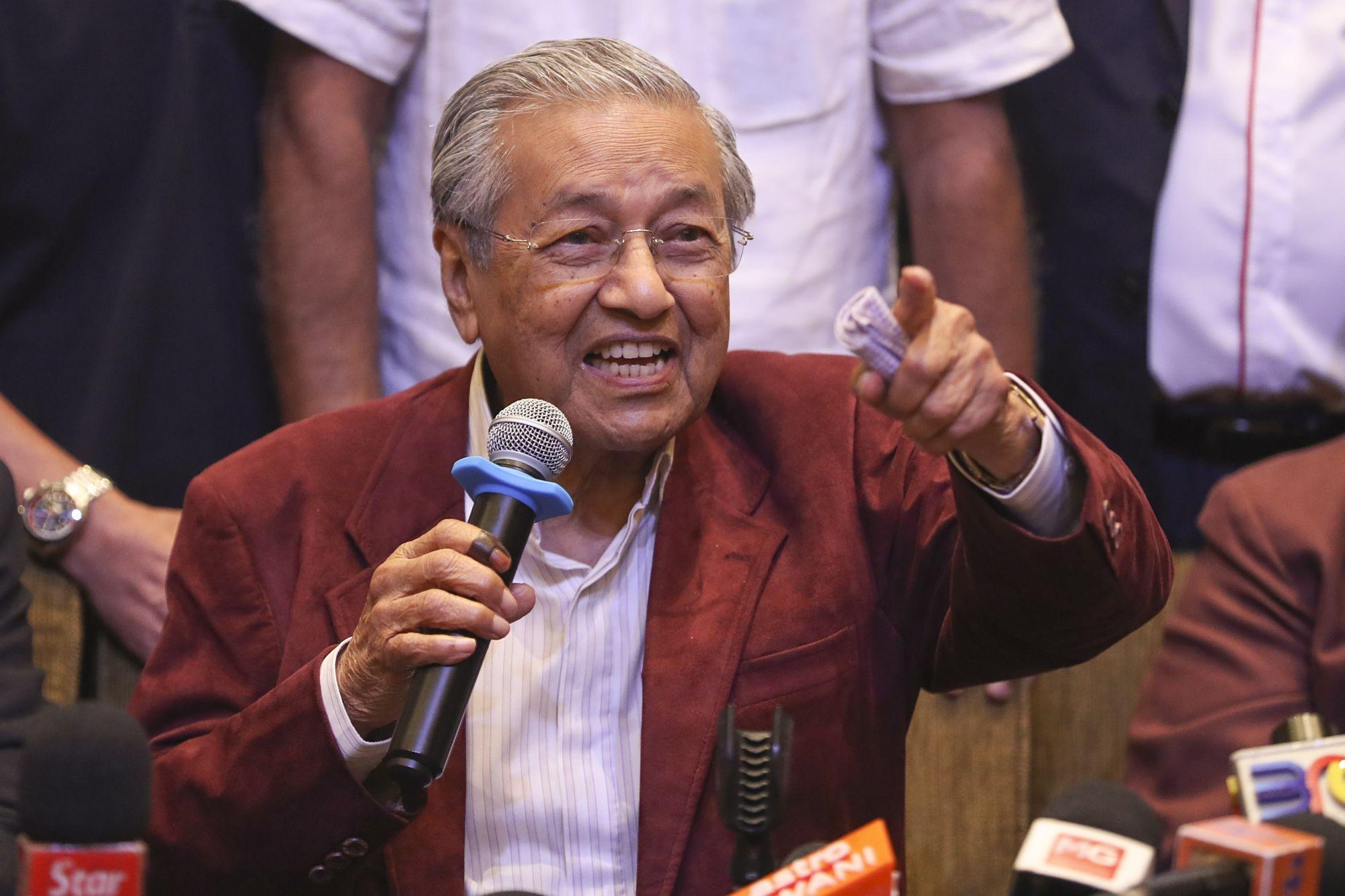 A kormányfői posztért indult Mahathir Mohamad volt malajziai miniszterelnök sajtótájékoztatót tart a Kuala Lumpur közelében fekvő Petaling Jayában 2018. május 10-én, miután a 92 éves Mohamed vezette ellenzéki Pakatan Harapan (PN, a Remény Szövetsége) megnyerte az előző napi előrehozott parlamenti választásokat. (MTI/EPA/Fazry Ismail)