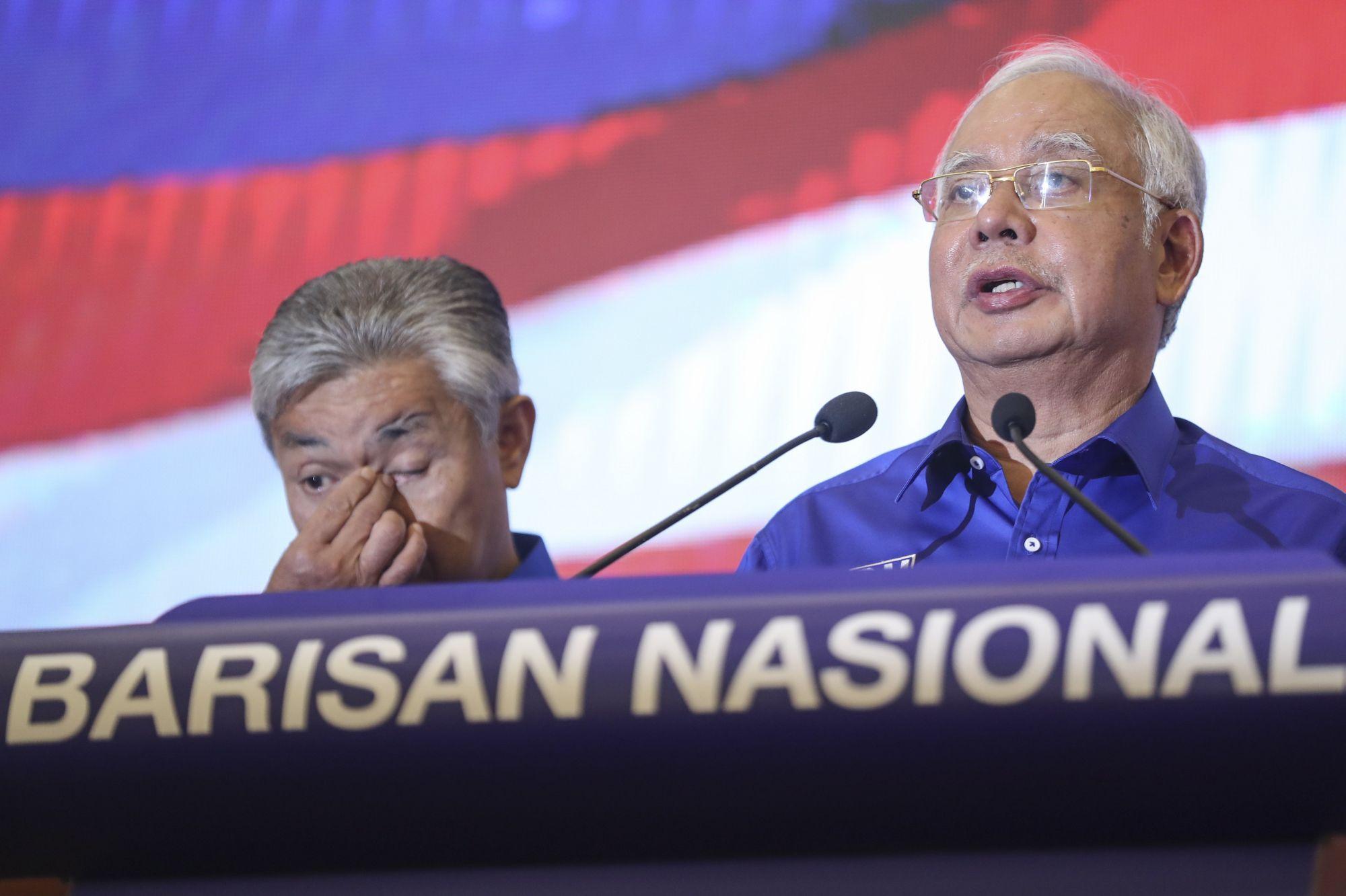 Najib Razak leköszönő malajziai kormányfő sajtótájékoztatót tart Kuala Lumpurban 2018. május 10-én, miután az általa vezetett Barisan Nasional (BN, Nemzeti Front) elveszítette az előző napi előrehozott parlamenti választásokat a 92 éves Mahathir Mohamad volt malajziai miniszterelnök vezette ellenzéki Pakatan Harapannal (PN, a Remény Szövetsége) szemben. (MTI/EPA/Fazry Ismail)