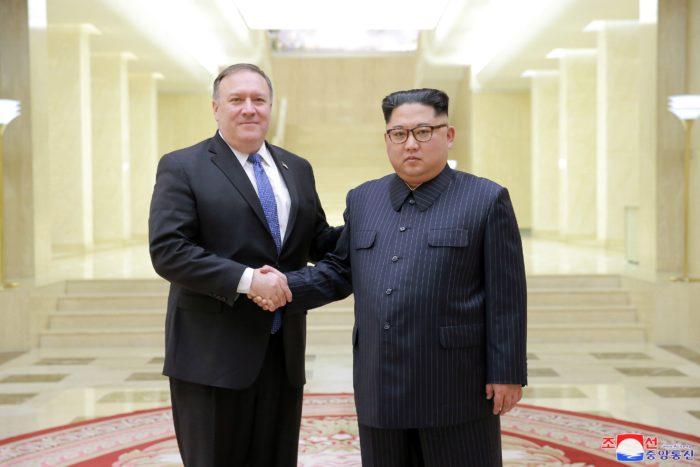 Phenjan, 2018. május 10. Kim Dzsong Un elsõszámú észak-koreai vezetõ, a Koreai Munkapárt elsõ titkára, a Nemzetvédelmi Bizottság elsõ elnöke fogadja Mike Pompeo amerikai külügyminisztert (b) Phenjanban 2018. május 9-én. (MTI/EPA/KCNA)