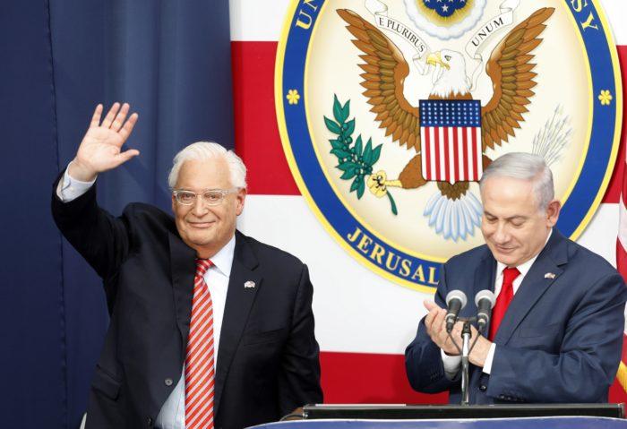 Jeruzsálem, 2018. május 14. Benjámin Netanjahu miniszterelnök (j) és David Friedman, az Egyesült Államok izraeli nagykövete a Tel-Avivból Jeruzsálembe költöztetett amerikai nagykövetség megnyitóünnepségén 2018. május 14-én. Az Egyesült Államok a képviselet átköltöztetésével kifejezésre juttatta, hogy Jeruzsálemet ismeri el Izrael fõvárosaként. (MTI/EPA/Abir Szultan)