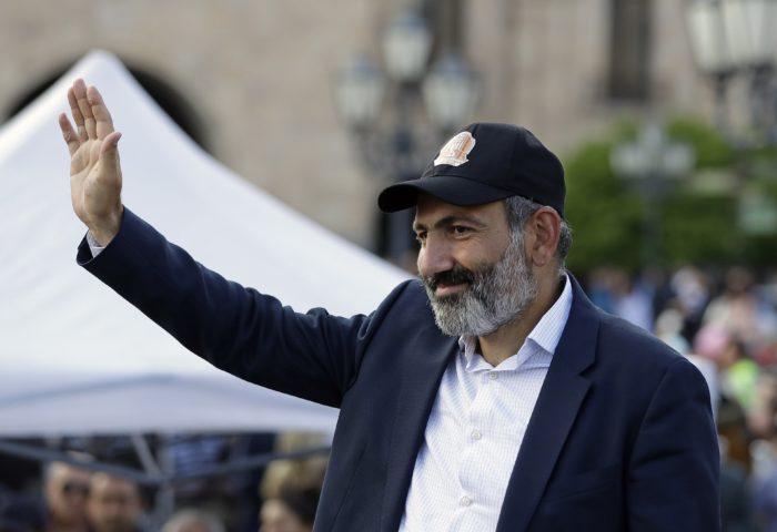 Jereván, 2018. április 30. Nikol Pasinján örmény ellenzéki vezetõ köszönti támogatóit a Jerevánban rendezett tüntetésen 2018. április 30-án. A napokban tüntetõk tízezrei követelték Pasinján kinevezését kormányfõvé, a törvényhozás május 1-jén választja meg az ország új miniszterelnökét. (MTI/AP/Szergej Gric)