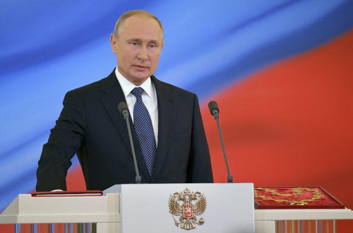 Moszkva, 2018. május 7. Vlagyimir Putin újraválasztott orosz elnök keze az alkotmány egyik példányán a beiktatási ünnepségén a Nagy Kreml-palotában 2018. május 7-én. A negyedik államfői mandátumát kezdő Putyin a szavazatok 77 százalékának elnyerésével győzött a márciusi elnökválasztáson. (MTI/AP/Szputnyik/Elnöki sajtószolgálat/Alekszandr Asztafjev)