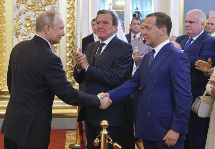 Moszkva, 2018. május 7. Vlagyimir Putyin újraválasztott orosz elnök (b) Dmitrij Medvegyev miniszterelnök gratulációját fogadja, középen Gerhard Schröder volt német kancellár áll az államfõ beiktatási ünnepségén a moszkvai Nagy Kreml-palotában 2018. május 7-én. A negyedik államfõi mandátumát kezdõ Putyin a szavazatok 77 százalékának elnyerésével gyõzött a márciusi elnökválasztáson. (MTI/AP/Szputnyik/Elnöki sajtószolgálat/Alekszej Druzsinyin)