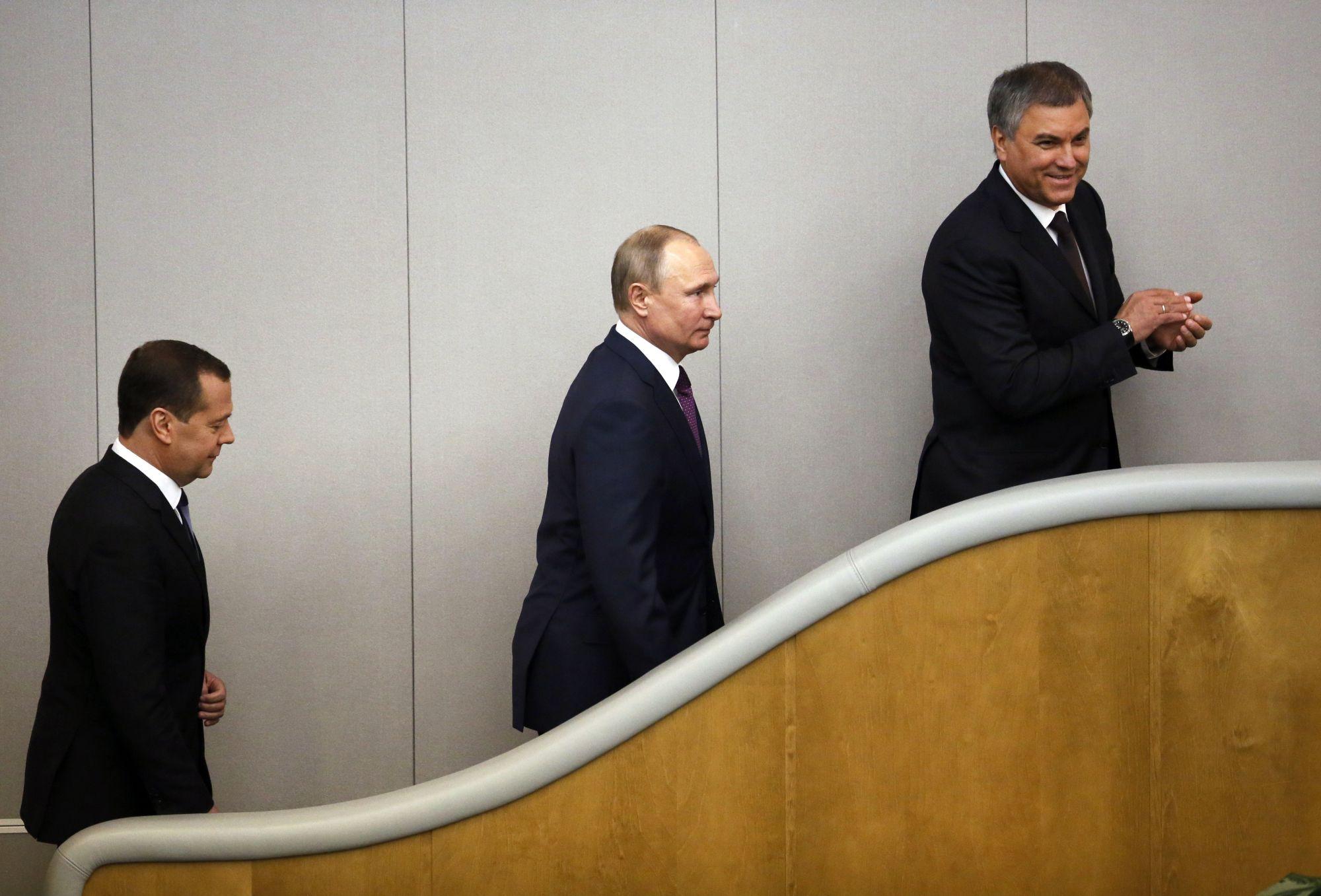 Vlagyimir Putyin orosz elnök (k) és az általa kormányfői posztra jelölt Dmitrij Medvegyev (b) Vjacseszlav Vologyin házelnök társaságában az orosz parlament alsóháza, az Állami Duma ülésén Moszkvában 2018. május 8-án. (MTI/AP/Alekszandr Zemlianicsenko)
