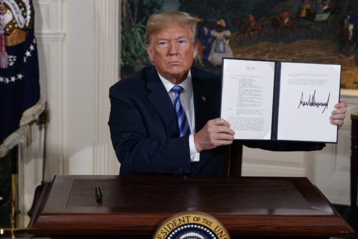 Washington, 2018. május 8. Donald Trump amerikai elnök mutatja az aláírásával ellátott rendeletet az Irán elleni szankciók visszaállításáról a washingtoni Fehér Házban 2018. május 8-án, miután bejelentette, hogy az Egyesült Államok kilép az iráni atomprogramról 2015-ben aláírt többhatalmi szerzõdésbõl. (MTI/AP/Evan Vucci)